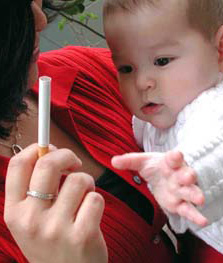 Mama cu tigara si copil in brate