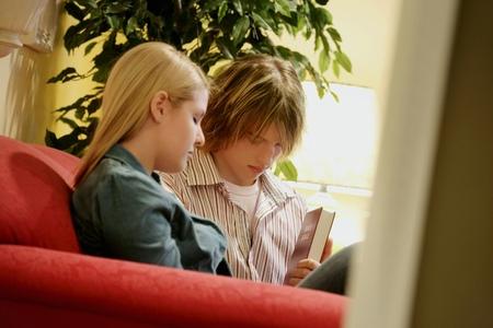 Doi adolescenti se roaga