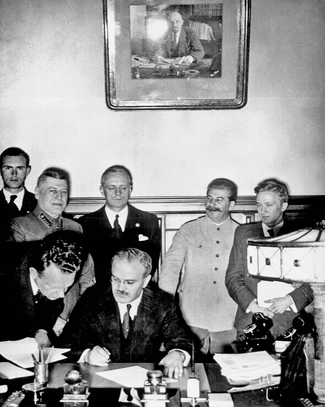 SEMNAREA PACTULUI SECRET MOLOTOV-RIBBENTROP (23 AUGUST 1939)