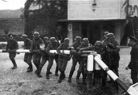 SOLDATII GERMANI TREC FRONTIERA POLONIEI IN ZIUA DE 1 SEPTEMBRIE 1939