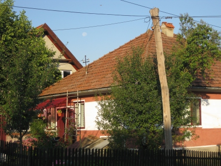 Luna plina se odihneste la 6 dimineata printre casele ardelenesti din Covasna