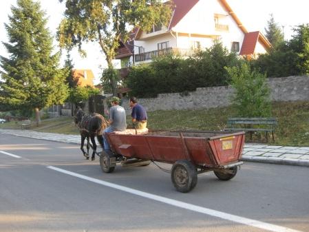 Mijloc de transport in comun intr-o dimineata de vara in Covasna