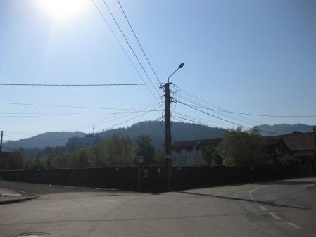 Soarele zambeste dimineata la o rascruce de drumuri in Covasna