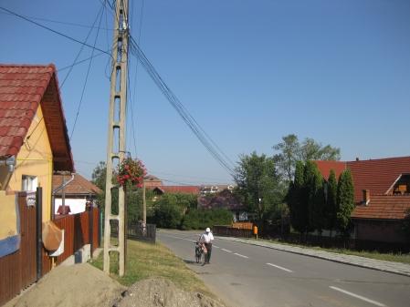 Un ardelean pleaca dimineata la serviciu cu bicicleta in Covasna